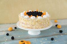 Die Brombeer-Aprikosen-Torte besteht aus einem Biskuitteig, der mit einer Quarksahnecreme gefüllt ist. Diese Creme wird mit Brombeeren und Aprikosen marmoriert.