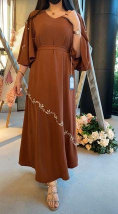 Muslim Women Fashion, Arab Fashion, Mode Abaya, Mode Hijab, Abaya Designs, Simple Dresses, Classy Outfits, Couture Fashion, Fashion Dresses