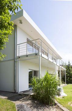 Bauhaus-Bungalow mit Flachdach. #HAACKEHAUS #bauhaus #modern #balkon Haacke Haus, Bauhaus, Bungalow, Stairs, Modern, Home Decor, Lawn And Garden, Flat Roof, Balcony