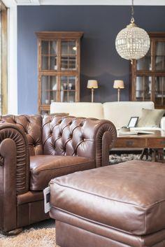 Nahkainen Chesterfield nojatuoli. Sohvapöytä ja hyllyt ovat tammea, Club Vintage Interiors.