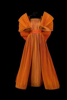 Overview The Philadelphia Museum of Art will host the first compilation in the U. from revered Italian fashion designer and artist Roberto Capucci during Couture Fashion, Runway Fashion, Fashion Basics, Fashion Art, Style Fashion, Image Mode, Italian Fashion Designers, Bustier, Looks Style