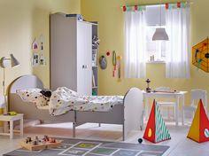 Ein Kinderzimmer mit ausziehbarem TROGEN Bettgestell in Hellgrau.
