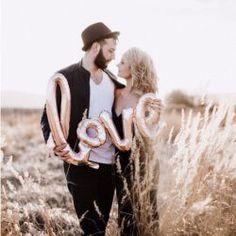 WOW! – Der hübsche Metallic Luftballon zur Hochzeit in trendigem Rose Gold macht jedes Brautpaarfoto zu einem Kunstwerk. Doch auch in der Gruppe funktioniert der außergewöhnliche Ballon zur Hochzeit einwandfrei. © Ja-Hochzeitsshop