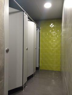 Montaje de cabina sanitaria Modelo Viena de IT-SISTEMAS en aseos públicos de Tienda realizada con compacto fenólico color gris