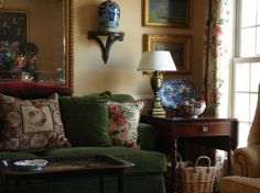 Traditional Chinoiserie (Chinoiserie Chic) : Karen Keysar Beautiful old school Chinoiserie with a green velvet sofa, chintz pillows and curtains, blue and white Chinese porcelain, and needlepoint pillows. English Cottage Style, English Country Style, English Country Cottages, French Country, Neutral Wall Colors, Rich Colors, Green Velvet Sofa, Green Sofa, Deco Rose