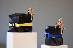 Sculpture de l'artiste David DAVID avec son personnage au seau sur la tête  sculpture en bronze et aluminum sanglé ensemble  Sculpture seau sur la tête, head in art, art contemporain  La tête dans l'art   www.daviddavid.fr Oppression, Bronze, Shoulder Bag, Sculpture, Bags, Bucket, Contemporary Art, Persona, Artist