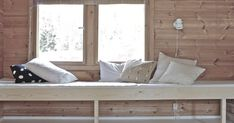 (i want to do this on the patio, right next to the river) easy DIY built in day bed, guest bed, cottage bed. add drawers on casters underneath for storage off the floor Scandinavian Style, Diy Daybed, Daybed Ideas, Daybed Pillows, Bed Bench, Architecture Design, Small Space Solutions, Bedroom Windows, George Nelson