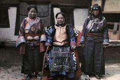 Dr joseph f. rock : A Muli princess poses with her ladies in waiting. Muli, Tibet