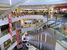 Ett stort köpcenter i Peking. Shopping Center, Beijing, Fair Grounds, In This Moment, Trendy Tree, Asia, Pictures, Shopping Mall