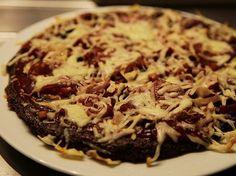 Gluten free pizza - german recipe with Quinoa. Glutenfreie Pizza - Rezept mit Quinoa (rot) geht auch weiß.
