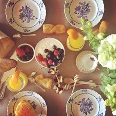 Domenica di brunch!🍓🍇🍯Festeggiare un anniversario in famiglia con una bella colazione colorata e gustosa!#chicapuiadomicilio🏘💕#onmytable #sundaymorning #sundaybrunch #partyphoto #foodphotography #slowfood #party #partyplanner #partytime #partydecor #partybrunch #strowberry #yogurt #flowers #green #orangejuice #tablesetting #nothingisordinary_ #sweet #foodie