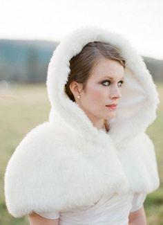 mantellina con cappuccio sull'abito da sposa | bridal cape | Winter bride look…