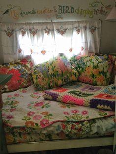 Beautiful Floral Camper Interior Ideas - Go Travels Plan Shabby Chic Caravan, Gypsy Caravan, Vintage Caravans, Vintage Travel Trailers, Vintage Campers, Glamping, Camper Life, Camper Van, Bus Living