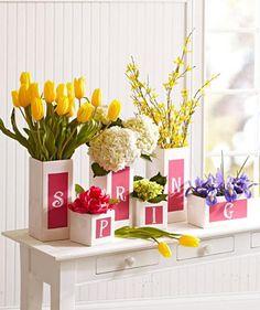 weiße vasen mit frühlingsblumen zum sideboard dekorieren