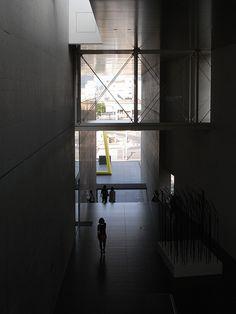 No.248-2 猪熊弦一郎現代美術館 谷口吉生建築設計研究所 香川県丸亀市 1991年 http://ja.wikipedia.org/wiki/%E8%B0%B7%E5%8F%A3%E5%90%89%E7%94%9F 大階段からエントランス方向。明から暗、暗から明の空間。