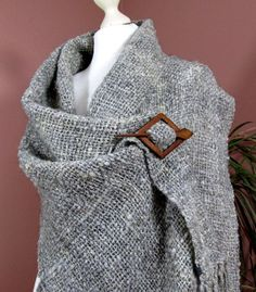 hand woven shawls and wraps Weaving Textiles, Weaving Patterns, Loom Weaving, Hand Weaving, Woven Scarves, Tear, Wool Scarf, Loom Knitting, Shawls And Wraps