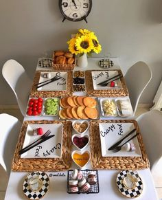 Breakfast Presentation, Food Presentation, Cute Food, Yummy Food, Breakfast Table Setting, Party Food Platters, Food Displays, Food Decoration, Food Goals