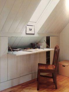 Schlafen - Verdeckter Schreibtisch in Dachschräge - Hidden desk and attic storage. ähnliche tolle Projekte und Ideen wie im Bild vorgestellt werdenb findest du auch in unserem Magazin . Wir freuen uns auf deinen Besuch. Liebe Grüße Mimi