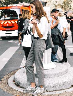 Au sein du trio jean/tee-shirt/baskets, on n'hésite pas à remplacer le jean par un pantalon de ville