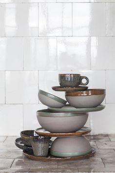 Het servies uit aardewerk is beschikbaar in 3 verschillende kleuren: Camogreen, Rustybrown en Indigrey en bestaat uit kopjes, schoteltjes, borden en schalen in allerlei formaten, van laag tot hoog en van klein tot extra groot.
