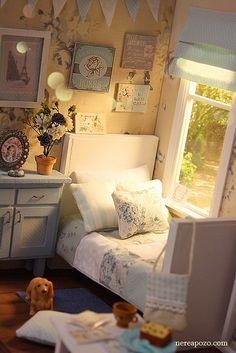 Grown girls in little bedrooms Modern Dollhouse, Diy Dollhouse, Dollhouse Miniatures, Doll Furniture, Dollhouse Furniture, Furniture Making, Blythe House, Barbie House, Kids Bedroom