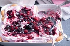 Dezert ze zakysané smetany | Apetitonline.cz Cookie Recipes, Dessert Recipes, Quick Dessert, Good Food, Yummy Food, Pavlova, Trifle, Sweet Recipes, Raspberry