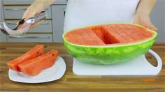 Ferramenta inovadora fatia melancia de forma higiênica e prática