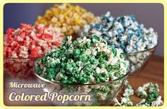 This is an easy way to make delicious, sweet colored popcorn. The color and flavor get cooked onto the popcorn as it pops in the microwave. No candy thermometers, no fuss. It's a fun treat to make in holiday, team or school colors. Sweet Popcorn, Popcorn Bar, Pink Popcorn, Jello Popcorn, Candy Popcorn, Rainbow Popcorn, Banana Com Chocolate, White Chocolate, Lasagna