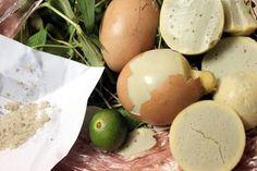 Cách làm trứng gà nướng an toàn vệ sinh ngay tại nhà thật đơn giản  Hiện nay các bạn thấy rất nhiều những hàng trứng gà nướng đông nghịt khách hay những xe đẩy rao bán những món tổng hợp như bắp xào khoai nướng hột gà nướngnhưng lại chưa được nếm thử vì ngại về vấn đề vệ sinh? Đừng lo lắng quá các bạn sẽ có ngay công thức của món trứng gà nướng cực kỳ đơn giản nhất để thử ngay cuối tuần này cho nóng nhé.  Nhiều người thường cho rằng món ăn vặt đang làm mưa làm gió này có xuất xứ từ Thái Lan…