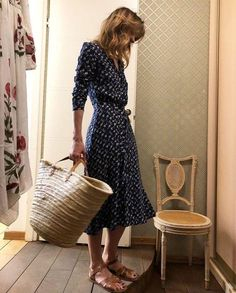 Feminine Style: Navy Midi Dress I love a good classic midi dress, especially if it's navy blue. Mode Outfits, Fashion Outfits, Fashion Ideas, Club Outfits, Fashion Hair, Fashion Beauty, Fashion Tips, Fashion Trends, Outfit Stile