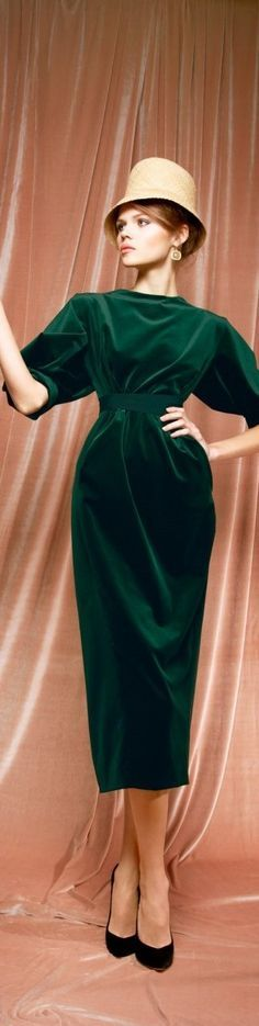 Dark green velvet dress by Ulyana Sergeenko Look Fashion, High Fashion, Fashion Outfits, Fashion Design, Vintage Dresses, Vintage Outfits, Vintage Fashion, Style Russe, Green Velvet Dress