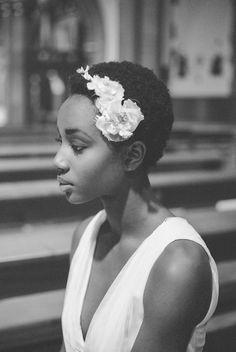 Une future mariée en cheveux courts est déjà coiffée. Il y'a juste à rajouter une petite barrette en fleurs et le tour est joué. Très beau ! Afro Hairstyles, Wedding Hairstyles, Curly Hair Styles, Natural Hair Styles, Pelo Natural, Black Bride, Natural Hair Inspiration, Natural Hair Journey, Black Is Beautiful