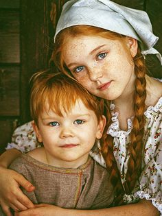 Bellamy Gilmore adores her baby brother, Ethan Broderick... and their YaYa is smitten by their big blue eyes, freckled faces & russet hair. They look like a Renaissance painting; don't they?