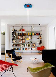 Aprovechar el espacio de pasillo con una estupenda zona de lectura y una librería.