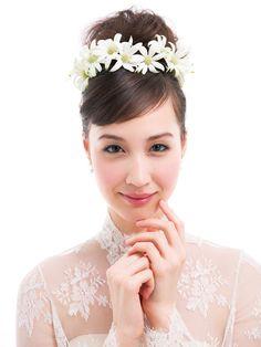 イメージは森の妖精♪ シニヨンを花で囲んだコケティッシュヘア/Front|ヘアメイクカタログ|ザ・ウエディング