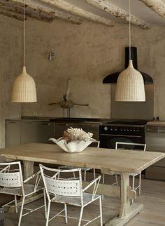 cocina rústica, muebles acero inoxidable, suelo de parquet, techo de vigas vistas de madera