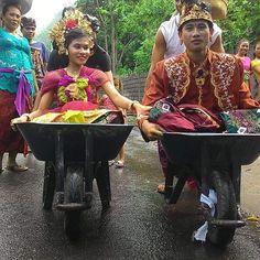 Sesangi. Apa ya istilah dalam bahasa Indonesia? Pemain volly desa Purwakerthi Karangasem ini tahun lalu mrnunaikan sesangi menek kene saat nganten.  Foto dari sesama atlet volly Amed #justalekz  #hematbeneran #amedsingmedmed