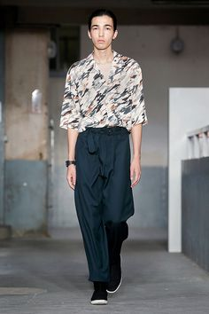 19. Convertible collar shirt in printed viscose, belted pants in wool gabardine, sneaker boots in cotton twill