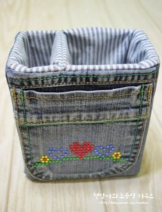 Denim Storage Bags from old jeans. - Denim Storage Bags from old jeans. Denim Storage Bags from old jeans. Jean Crafts, Denim Crafts, Denim Bag Tutorial, Fabric Basket Tutorial, Jean Diy, Basket Crafts, Fabric Boxes, Denim Ideas, Creation Couture