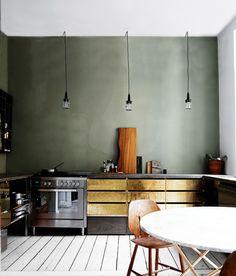 Éclairage dans la cuisine / Lighting in the kitchen Green Kitchen, New Kitchen, Gold Kitchen, Kitchen Colors, Kitchen Modern, Cheap Kitchen, Olive Kitchen, 1960s Kitchen, Bronze Kitchen
