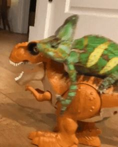 """Ride like the wind bullseye!"" Chameleon and toy dinosaur Funny Animal Clips, Funny Animal Memes, Funny Animal Videos, Funny Animal Pictures, Funny Animals, Cute Animals, Funny Lizards, Animal Fails, Post Animal"