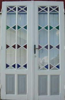 1905. Kryssbelistning (bildet til venstre)var typisk for dører og vinduer i tiden rundt unionsoppløsningen. Utstrakt bruk av glass, gjerne farget glass kom også i vanlige hus.(Foto: Gamletrehus.no)