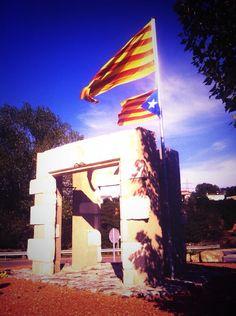 Senyera i estelada a Llerona / 'Senyera' (Catalan historical flag) and 'Estelada' (the flag of Catalan independence), in Llerona (19/11/13) foto de @BriennedeDarth