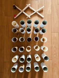 【高齢者レクリエーション】ペットボトルキャップと割り箸と輪ゴムで作ったマジックハンドを使って『トイレットペーパーの芯つかみゲーム』に挑戦してみた | レクネタ Toilet Paper, Triangle, Toilet Paper Rolls