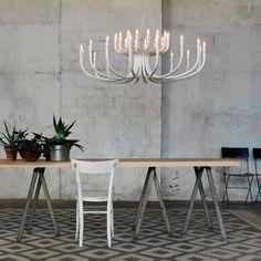 La suspension Snoob (de 130cm de diamètre) est une création du designer Matteo Ugolini pour la maison italienne Karman.  Tel un lustre de palais Baroque...