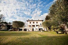Vrijstaande vakantie Villa 10 slaapkamers met privé zwembad l  Dit prachtige huis is panoramisch gelegen in een oude stad. Het heeft een grote tuin en een zwembad waar u heerlijk kunt ontspannen op een van de ligbedjes.Geniet van de prachtige natuur in deze omgeving | Vakantiehuizen italië Italian Residence