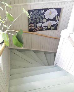 Det var ett bra beslut att måla trappen Ljusade upp rejält och mindre halkig! Färgen verkar sitta finfint också. #måladtrappa #pistage #pärlspont #skolplansch #ledstång