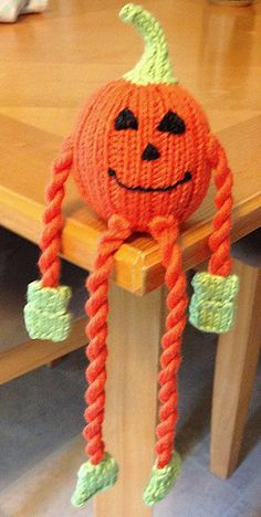 A fun, friendly, dangly legs pumpkin to help your Halloween celebration go with a swing! Halloween Knitting Patterns Free, Loom Knitting Projects, Crochet Projects, Crochet Quilt Pattern, Owl Crochet Patterns, V Stitch Crochet, Crochet Fall, Fall Knitting, Knitting Toys