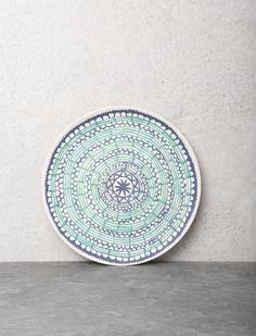 Süsser Frühstücksteller aus Bambus - bedruckt mit kleinen, blaugrünen Mustern. Das Geschirr ist Spülmaschinen geeignet.