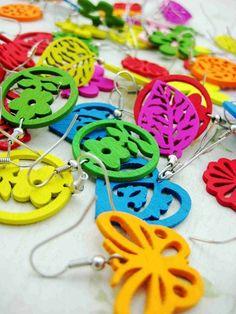 Lotto paia orecchini pendenti in legno colorati vari design disegni lavorati al traforo per donna bigiotteria prezzo all'ingrosso lotto stock per rivendita. €0,39 cad1